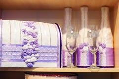Gläser des Champagners und des Kastens für Geld auf Hochzeit in den purpurroten Tönen Lizenzfreies Stockfoto
