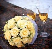 Gläser des Champagners und des rosafarbenen Blumenstraußes Lizenzfreie Stockbilder