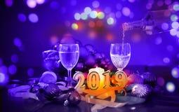 Gläser des Champagners und des neuen Jahres