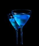 Gläser des frischen Cocktails mit Eis auf Bartisch auf schwarzem Hintergrund Lizenzfreies Stockbild