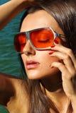 Gläser des Mädchens in Mode im Sonnenporträt Lizenzfreies Stockbild