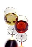 Gläser des roten u. weißen Weins. Stockfotos