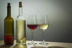 Gläser des Weins und der Flasche auf Tabelle Stockfotografie