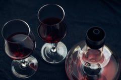 Gläser des Weins und des Dekantiergefäßes Stockfotografie