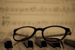 Gläser, die auf Klavier liegen Stockfotos