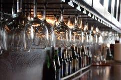 Gläser, die an der Stange hängen Lizenzfreies Stockbild