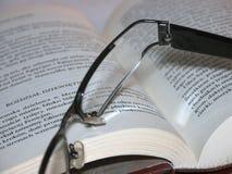 Gläser, die ona-Buch 2 legen Stockfotos