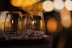 Gläser draußen nachts Stockfotografie