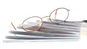 Gläser eBook Leser getrennt auf Weiß lizenzfreie stockfotos