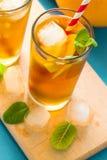 Gläser Eistee mit Zitronenscheiben und -minze Stockfoto