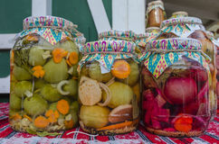 Gläser in Essig eingelegtes Gemüse Lizenzfreie Stockbilder