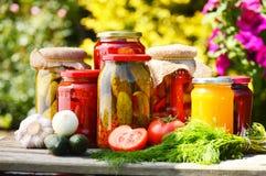 Gläser in Essig eingelegtes Gemüse im Garten Stockfoto