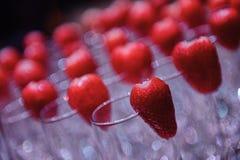Gläser für Champagner mit Erdbeerbeeren stockfotos