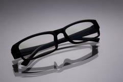 Gläser für einen Computer in einer schwarzen Rahmennahaufnahme auf einem grauen surfac Stockfoto