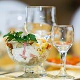 Gläser für Getränke und Cocktails am festlichen Tisch Lizenzfreies Stockfoto