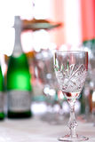 Gläser für Getränke und Cocktails am festlichen Tisch Stockbilder