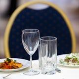 Gläser für Getränke und Cocktails am festlichen Tisch Lizenzfreie Stockbilder