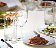 Gläser für Getränke und Cocktails am Tisch Lizenzfreie Stockfotos