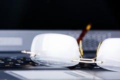 Gläser gelegt auf die Tastatur Stockfoto