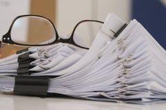 Gläser gelegt auf fertiges Dokument am Arbeitsplatz in Morgen stockfotos