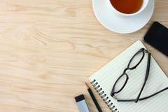 Gläser gesetzt auf das Notizbuch Es gibt Telefone und Kaffeetassen und Raum für das Schreiben des Textes stockfoto