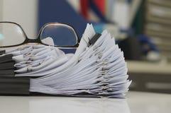 Gläser gesetzt auf fertiges Dokument, Geschäftslokalkonzept lizenzfreies stockfoto