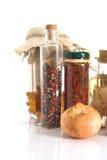 Gläser Gewürze und Knoblauch und Stockbilder