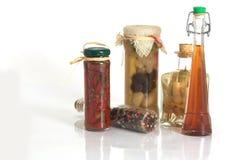 Gläser Gewürze und Knoblauch und Zwiebel stockfoto
