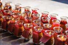 Gläser Kerze-beleuchtete Gebete in Penang-Tempel Lizenzfreies Stockfoto