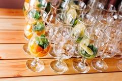 Gläser mit Bestandteilen für Cocktails, Minze und Orange Stockfotos