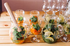 Gläser mit Bestandteilen für Cocktails, Minze und orange-3 Stockfotografie