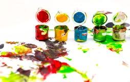 Gläser mit bunten Farben auf weißem Hintergrund Lizenzfreies Stockbild
