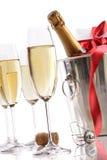 Gläser mit Champagne in der Eiswanne Stockfotos