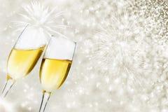 Gläser mit Champagner auf holidaybackground lizenzfreies stockbild