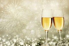 Gläser mit Champagner gegen Feuerwerke lizenzfreie stockfotografie