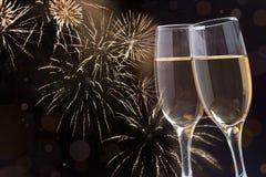 Gläser mit Champagner gegen Feuerwerke lizenzfreie stockfotos