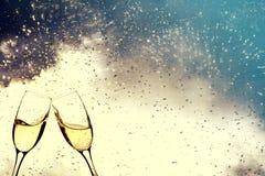 Gläser mit Champagner gegen Feuerwerke lizenzfreies stockfoto