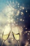 Gläser mit Champagner gegen Feuerwerke lizenzfreies stockbild