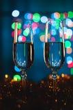 Gläser mit Champagner gegen Feuerwerke und Lichterkette - Cer stockfotos