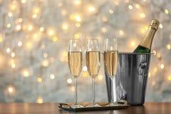 Gläser mit Champagner und Flasche im Eimer lizenzfreie stockfotografie