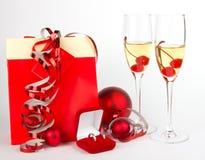 Gläser mit Champagner und Geschenke auf Weiß Stockfotos