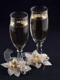 Gläser mit Champagner und Hochzeitsknopfloch Lizenzfreie Stockfotos