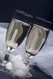 Gläser mit Champagner und Hochzeitsknopfloch Lizenzfreies Stockbild