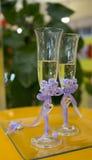 Gläser mit Champagnerbrauthochzeitstag lizenzfreies stockfoto