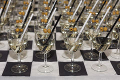 Gläser mit einem Aperitif und Oliven Lizenzfreies Stockfoto