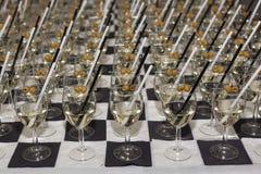 Gläser mit einem Aperitif und Oliven Lizenzfreies Stockbild