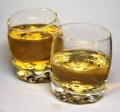 Gläser mit einem bernsteinfarbigen Getränk Lizenzfreies Stockbild