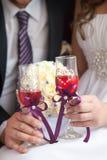 Gläser mit einem Champagner verzierten dekorative Blume Stockfotografie