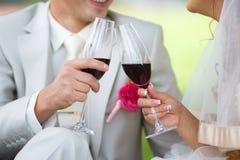 Gläser mit einem Champagner verzierten dekorative Blume Stockbild