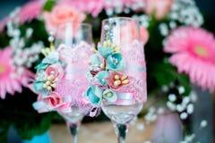 Gläser mit einem Champagner verzierten dekorative Blume Lizenzfreie Stockbilder
